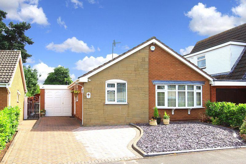 2 Bedrooms Detached Bungalow for sale in WOMBOURNE, Chestnut Drive