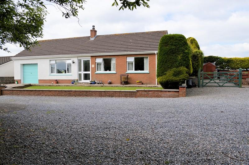 3 Bedrooms Bungalow for sale in Brynheulog , Penparc, Cardigan, Ceredigion. SA43 1RE