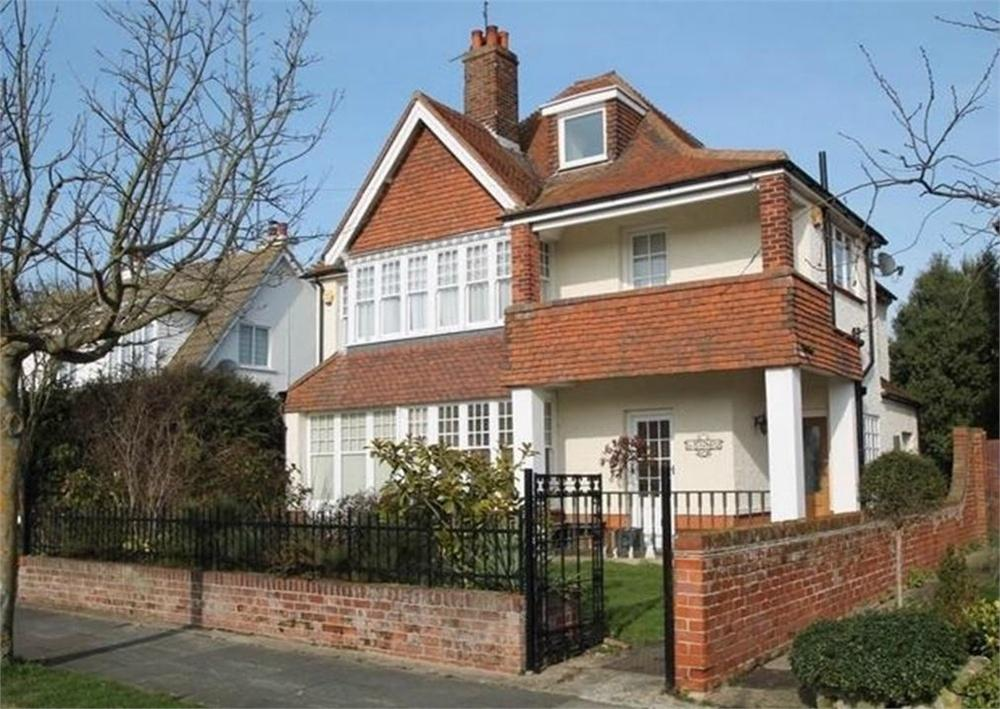 5 Bedrooms Detached House for sale in Oxford Road, FRINTON-ON-SEA, Essex