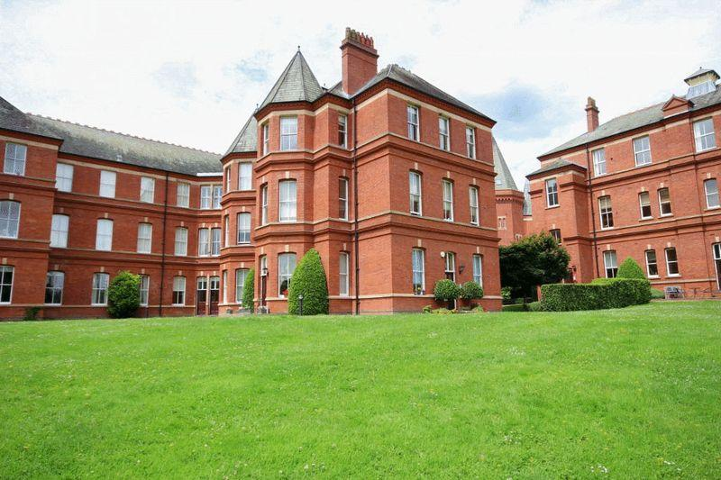 3 Bedrooms Apartment Flat for sale in Repton Park, Woodford Green, Essex, IG8