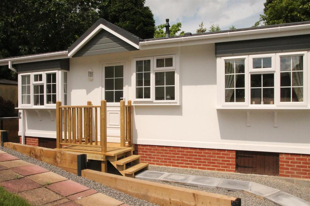 2 Bedrooms Park Home Mobile Home for sale in Hartridge Farm Lower Road, East Farleigh, Maidstone