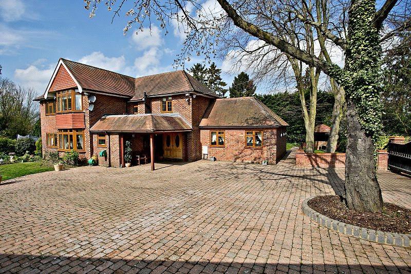 4 Bedrooms Detached House for sale in Occupation Lane, Roydon, Essex, CM19