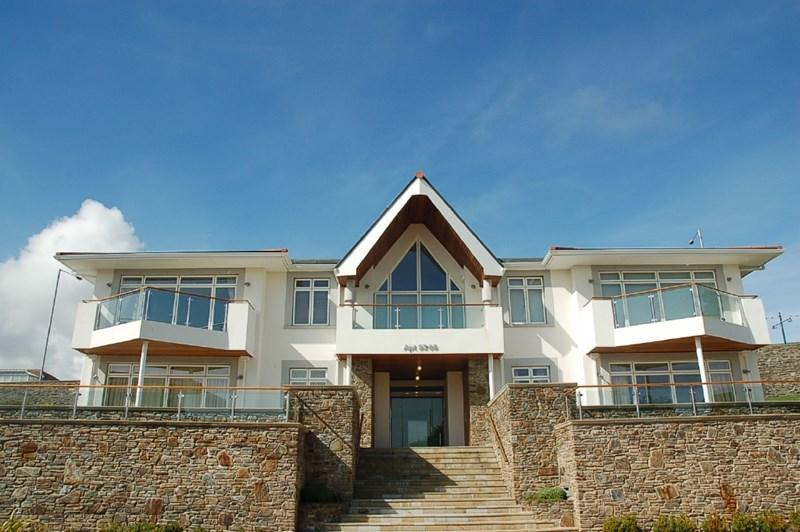 2 Bedrooms Apartment Flat for sale in 96 Majestic Apartments, King Edward Road, Onchan, IM3 2BE