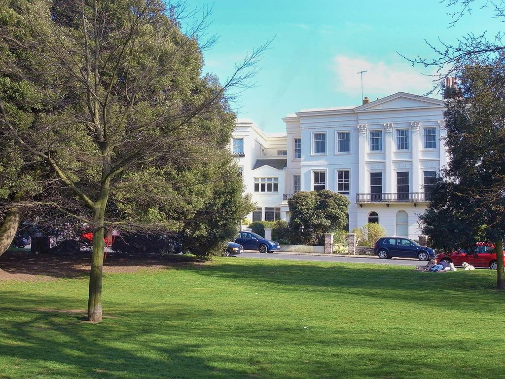 2 Bedrooms Flat for sale in Montpelier Crescent, Brighton, BN1