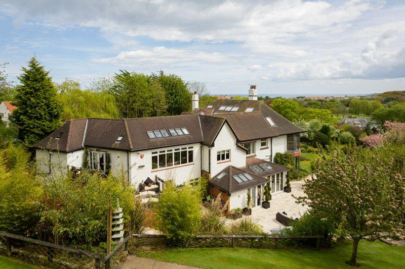 5 Bedrooms Detached House for sale in Hawkwood Court, Weaponness Park, Scarborough YO11 2UB