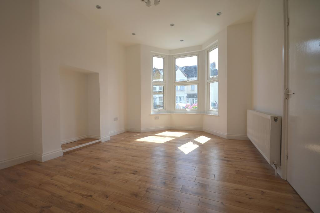 2 Bedrooms Flat for sale in Albacore Crescent London SE13