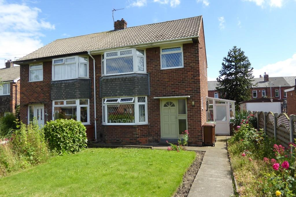 3 Bedrooms Semi Detached House for sale in Briar Grove, Wakefield