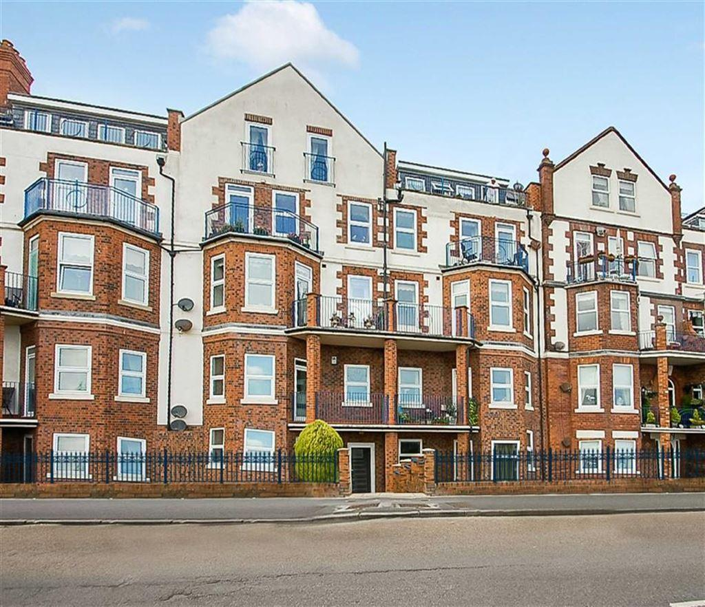 3 Bedrooms Flat for sale in South Marine Drive, Bridlington, East Yorkshire, YO15