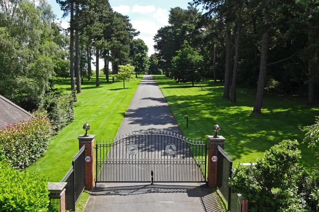 3 Bedrooms Apartment Flat for sale in Eyhurst Park, Kingswood