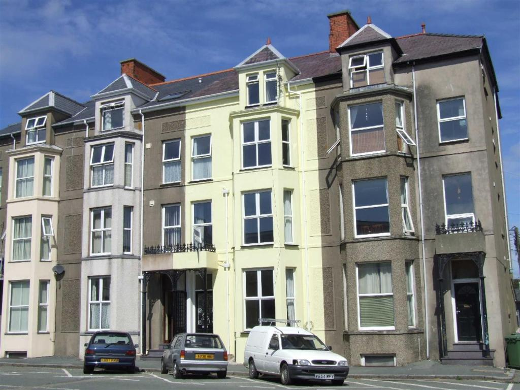 4 Bedrooms Terraced House for sale in Churton Street, Pwllheli