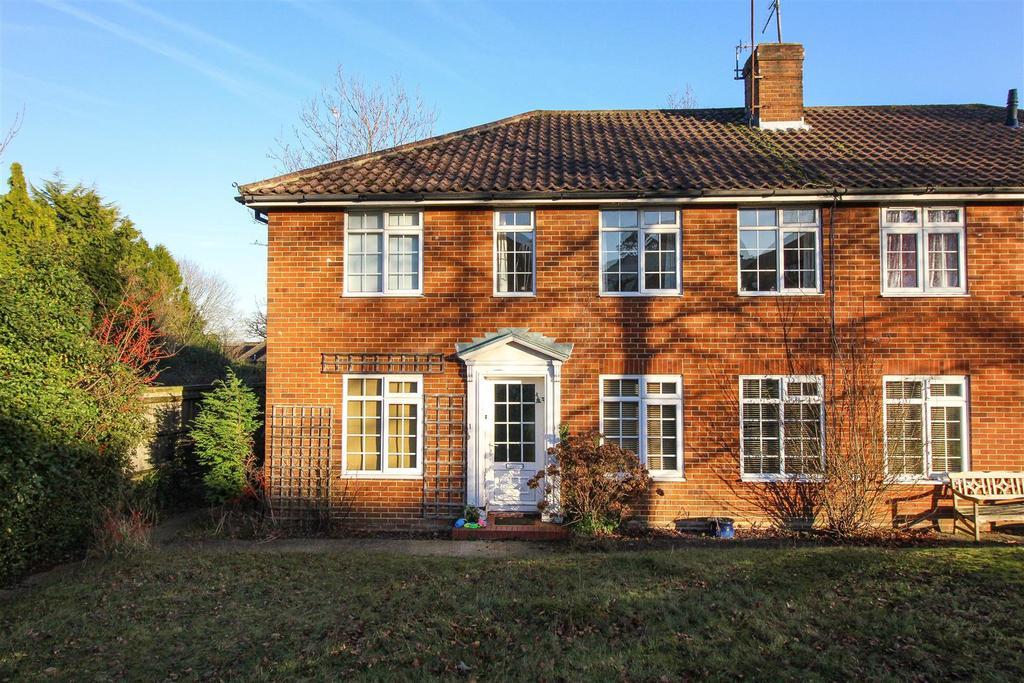 2 Bedrooms Flat for sale in Hazelgrove Gardens, Haywards Heath