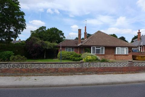 2 bedroom detached bungalow to rent - London Road South, Lowestoft