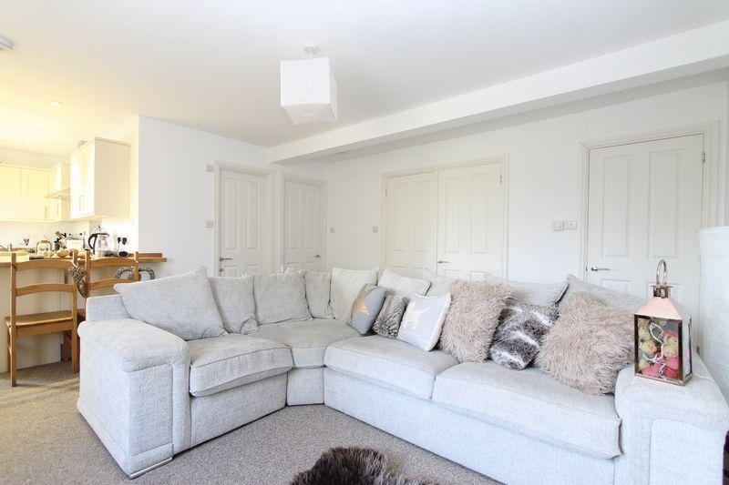 2 Bedrooms Maisonette Flat for sale in Milford Village Centre