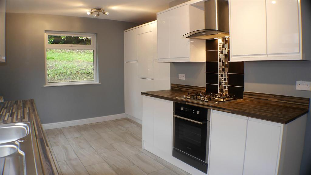 2 Bedrooms Semi Detached Bungalow for sale in Moore Ave, Horton Bank Top,Bradford, BD7 4HR