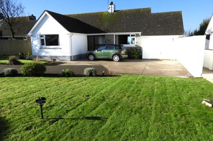 2 Bedrooms Bungalow for sale in SPRINGFIELD, 7 NANSLOE CLOSE, HELSTON, TR13