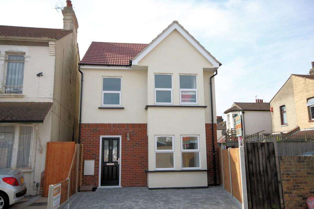 3 Bedrooms Detached House for sale in Central Avenue, Southend-on-Sea