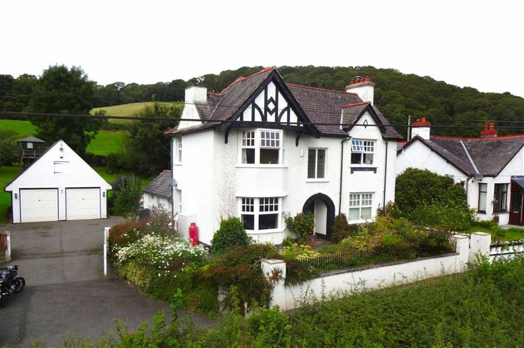 3 Bedrooms Detached House for sale in Betws Gwerfil Goch, Corwen