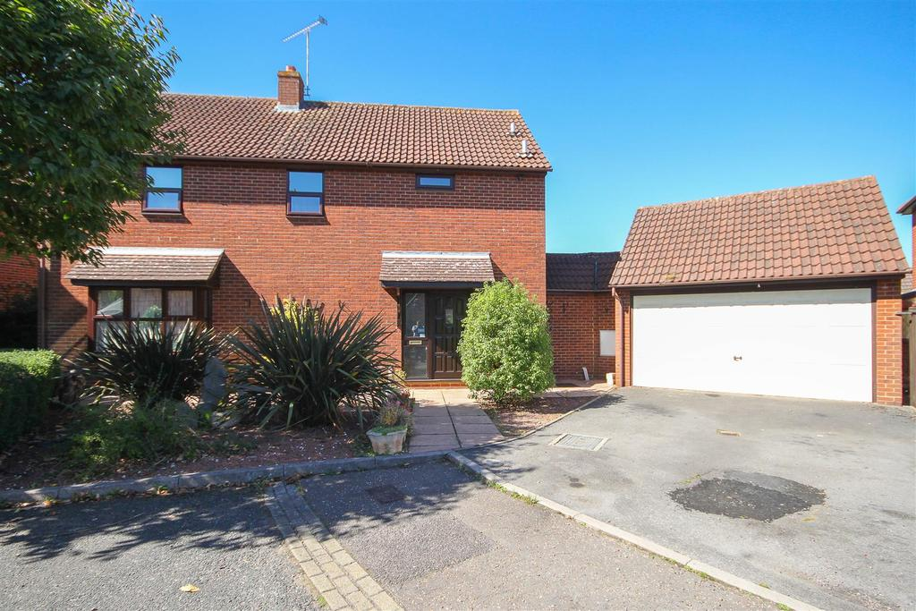 4 Bedrooms Detached House for sale in Hook End, St Georges Close, Brentwood