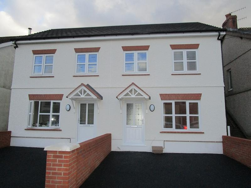 3 Bedrooms Semi Detached House for sale in Wind Road, Glanrhyd, Ystradgynlais, Swansea.