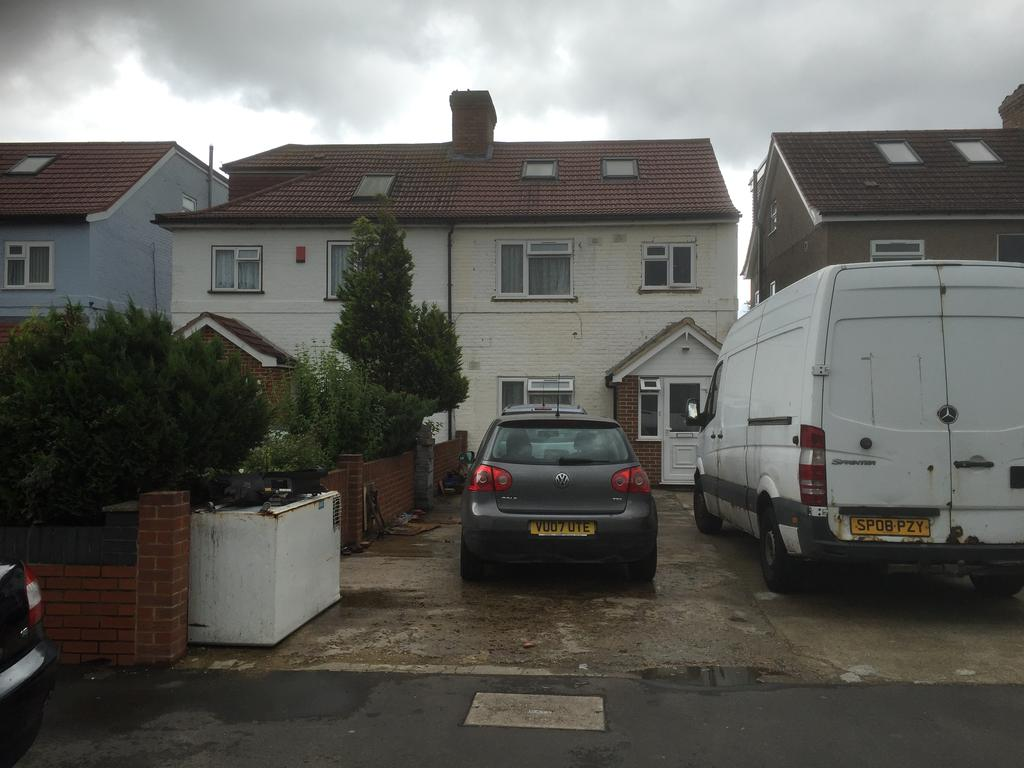 2 Bedrooms Semi Detached House for sale in North Hyde Road, Southall UB2