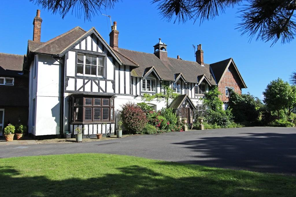 4 Bedrooms Manor House Character Property for sale in Hogscross Lane, Chipstead