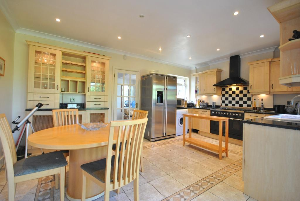 3 Bedrooms Semi Detached House for sale in Kynaston Road Bromley BR1