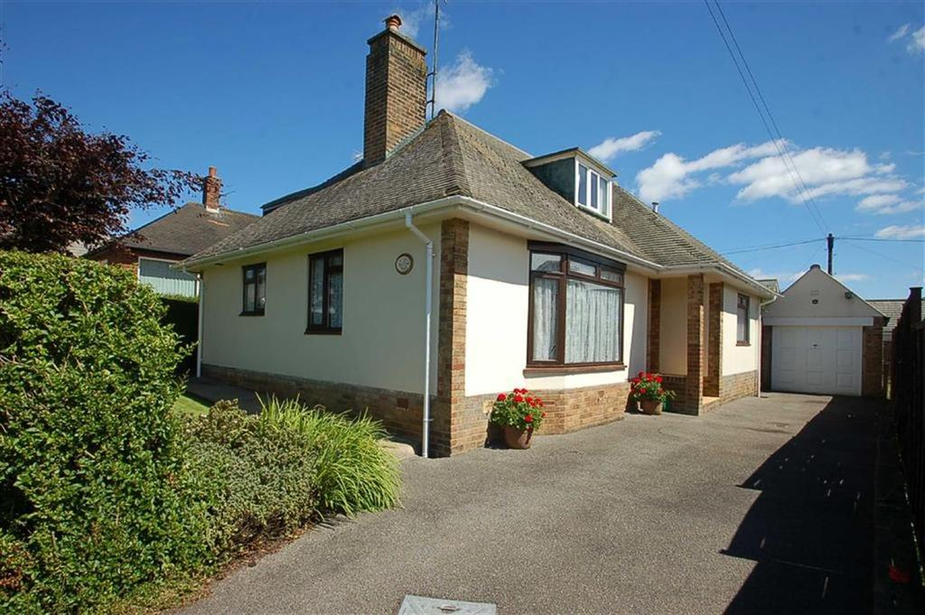 3 Bedrooms Detached Bungalow for sale in Riviera Drive, Sewerby, East Yorkshire, YO15