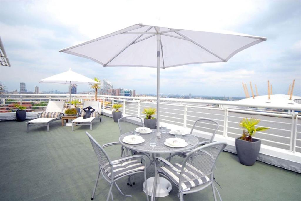 3 Bedrooms Flat for sale in Pierhead Lock, Canary Wharf, E14