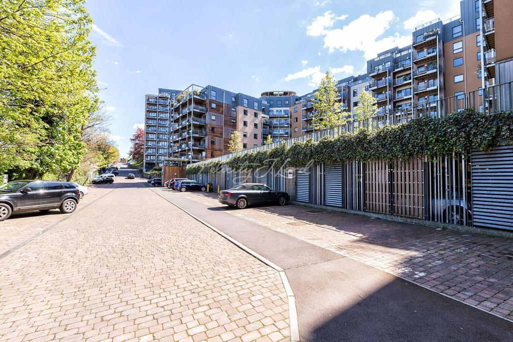 2 Bedrooms Flat for sale in Seren Park Gardens