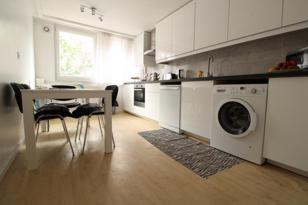 3 Bedrooms Flat for sale in Pickwick Mews, Edmonton, N18
