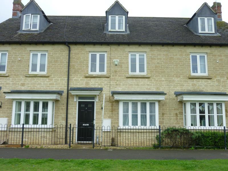 3 Bedrooms Terraced House for sale in Blackthorn Green, Carterton, Oxon