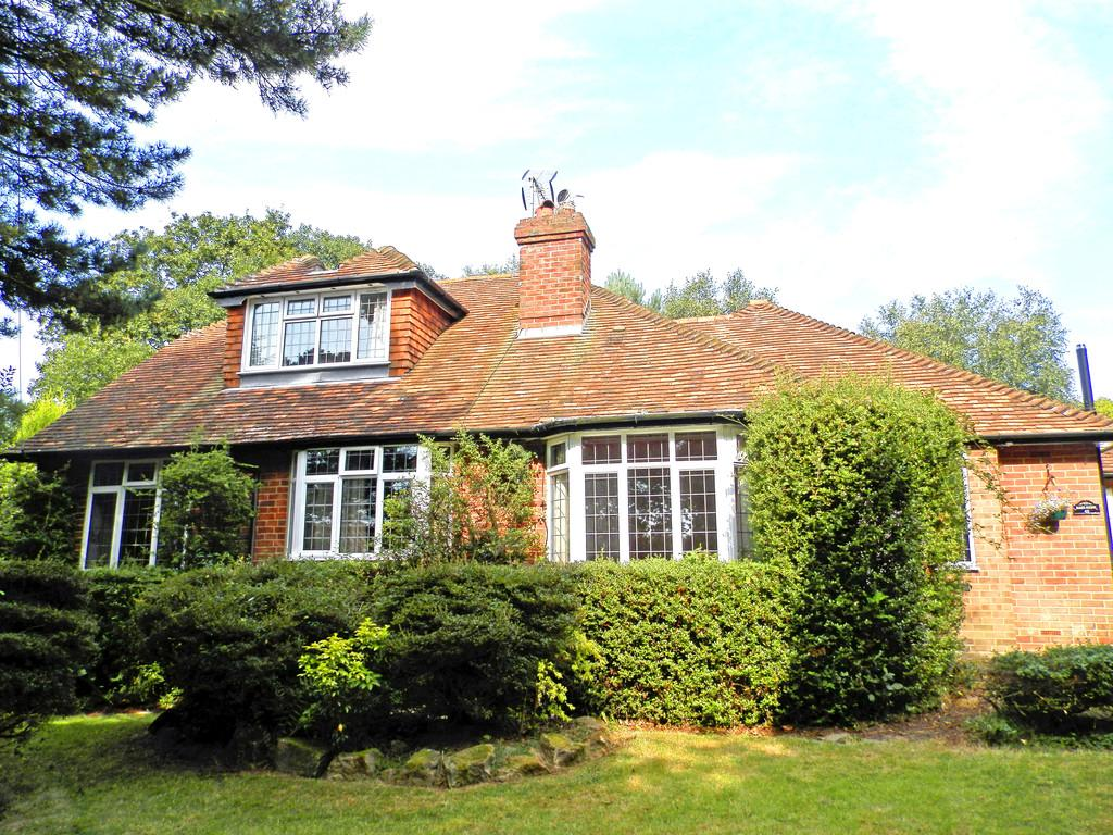 5 Bedrooms Detached House for sale in The Highlands, Bexhill-on-Sea