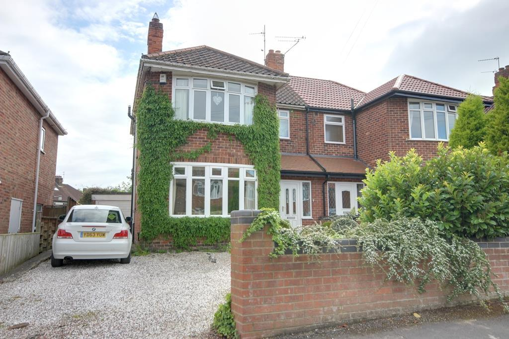 3 Bedrooms Semi Detached House for sale in St Andrews Mount, Kirkella