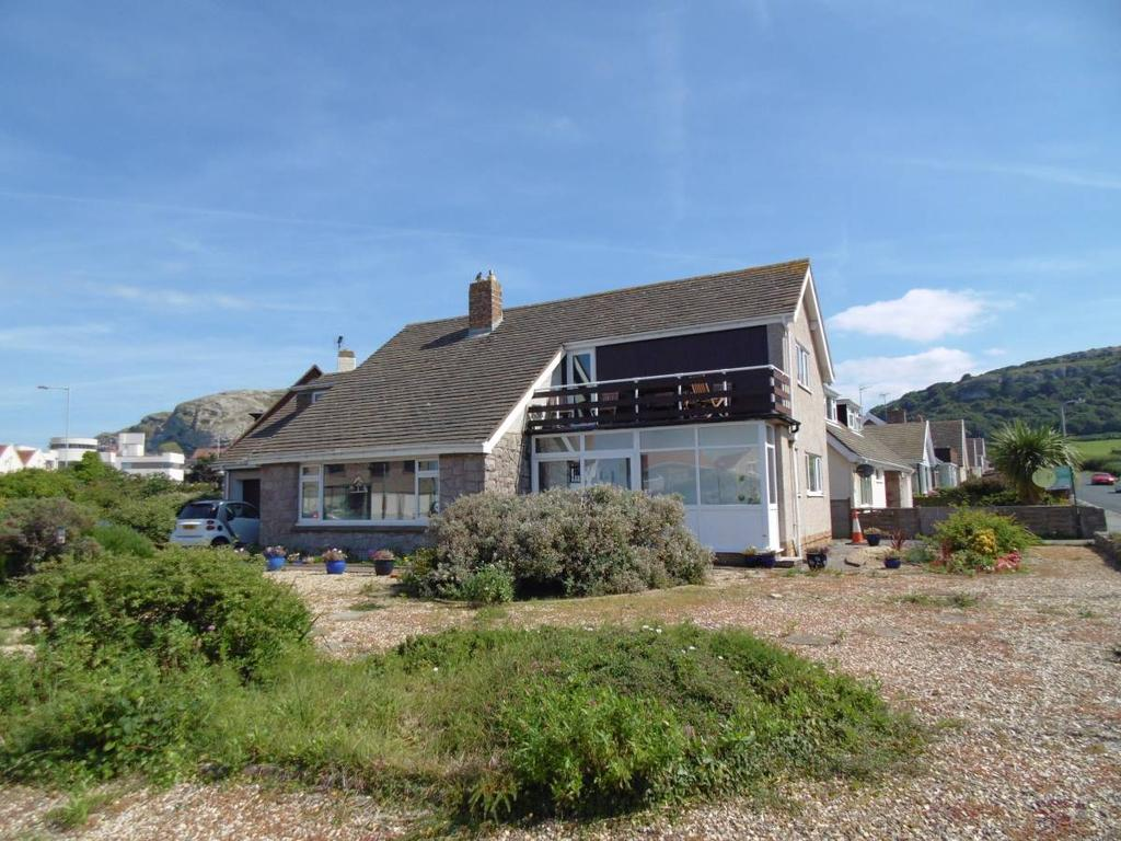 4 Bedrooms Detached House for sale in 24 Aber Drive, Llandudno, LL30 3AN