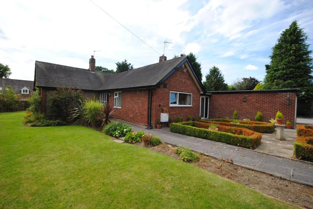 3 Bedrooms Detached Bungalow for sale in Lostock Hall Road, Poynton