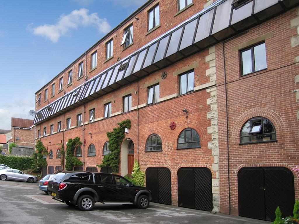 2 Bedrooms Apartment Flat for sale in Clifford Court, New Mill Lane, Clifford