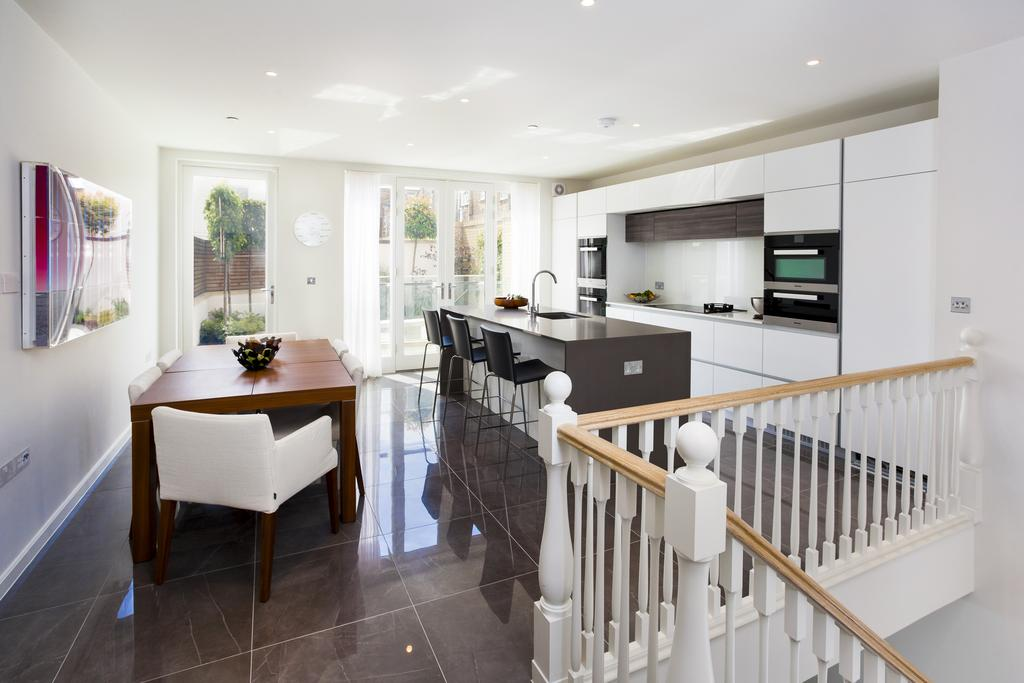 5 Bedrooms Mews House for sale in Chatham Road, SW11