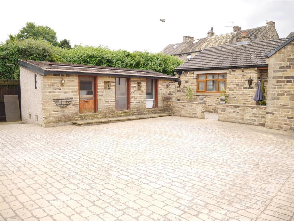 3 Bedrooms Detached Bungalow for sale in Tong Street, Bradford, BD4 6NL