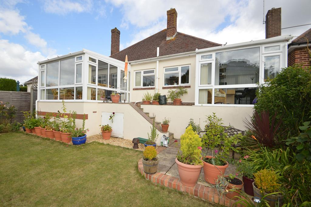 3 Bedrooms Bungalow for sale in Parkway Drive, Queens Park, Bournemouth, BH8