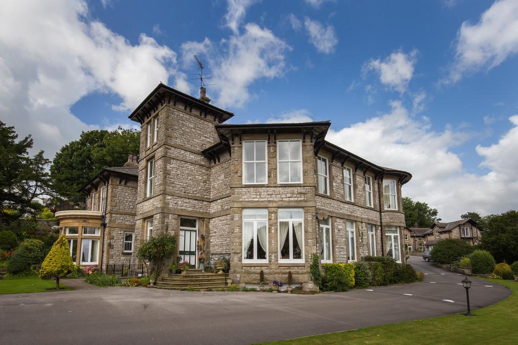 2 Bedrooms Ground Flat for sale in 1 Kentsford House, 45 Kentsford Road, Grange-over-Sands, Cumbria, LA11 7BB