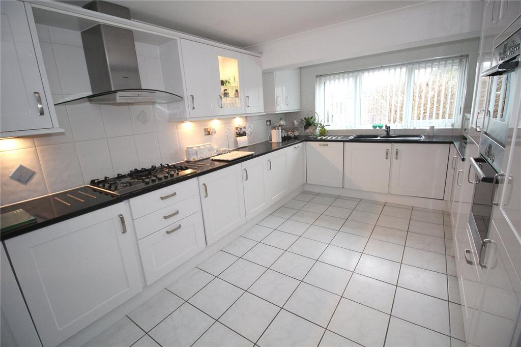 4 Bedrooms Detached House for sale in Gaynesford, Basildon, Essex, SS16