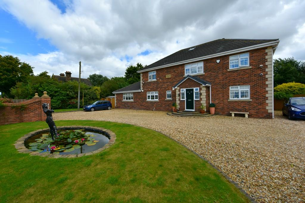 4 Bedrooms Detached House for sale in Hall Lane, Simonswood