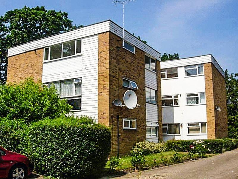 2 Bedrooms Flat for sale in Off London Road - Close to Schools