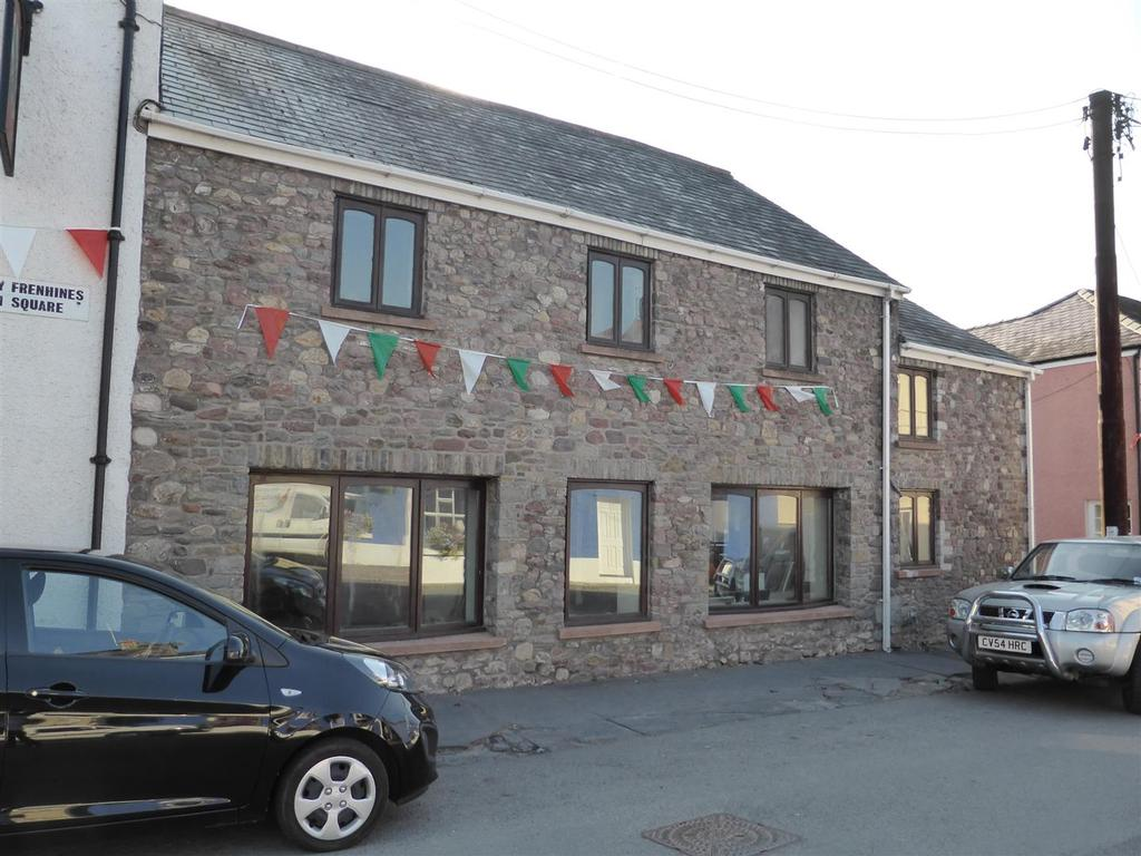 4 Bedrooms Semi Detached House for sale in Queens Square, Llangadog