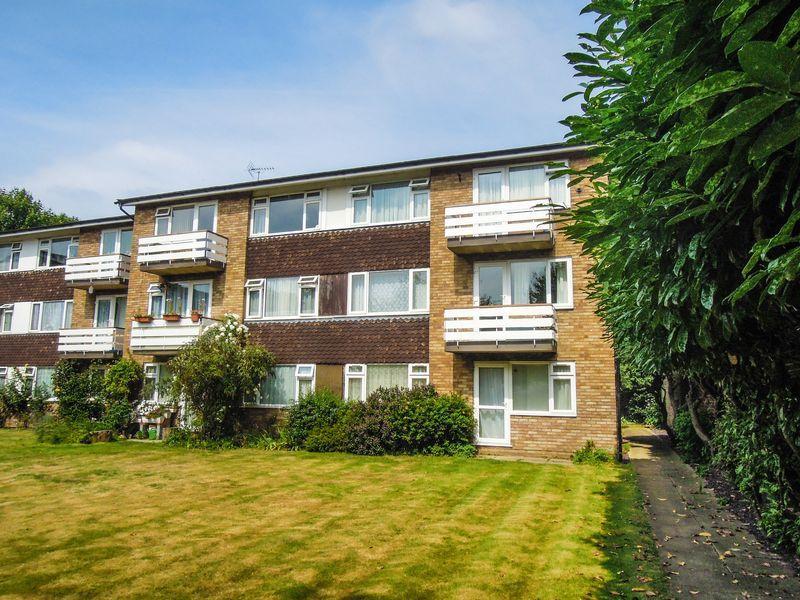 2 Bedrooms Flat for sale in Laburnum Grove, Brands Hill, Langley