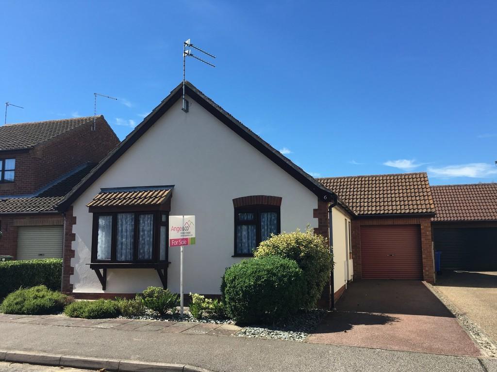 2 Bedrooms Detached Bungalow for sale in Swallowfields, Carlton Colville, Lowestoft