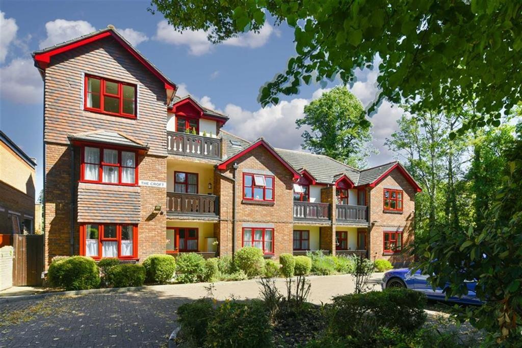 1 Bedroom Flat for sale in The Croft, Epsom, Surrey