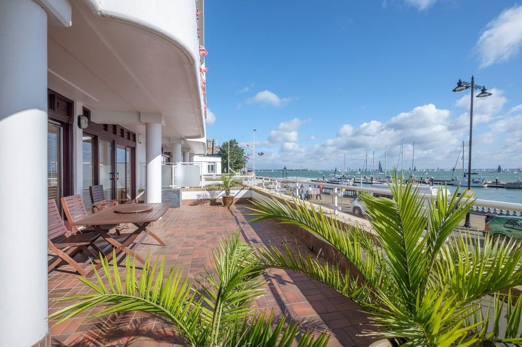 2 Bedrooms Ground Flat for sale in The Parade, Cowes