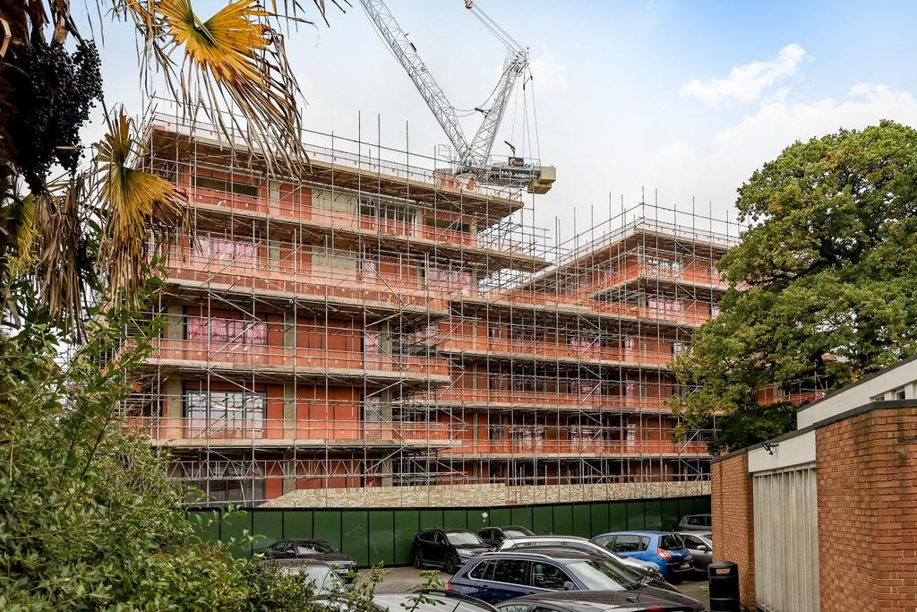 3 Bedrooms Flat for sale in Victoria Drive, Southfields