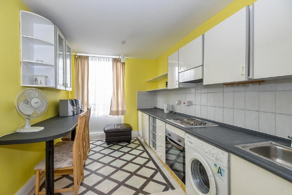 2 Bedrooms Flat for sale in Bramlands Close, Battersea, SW11